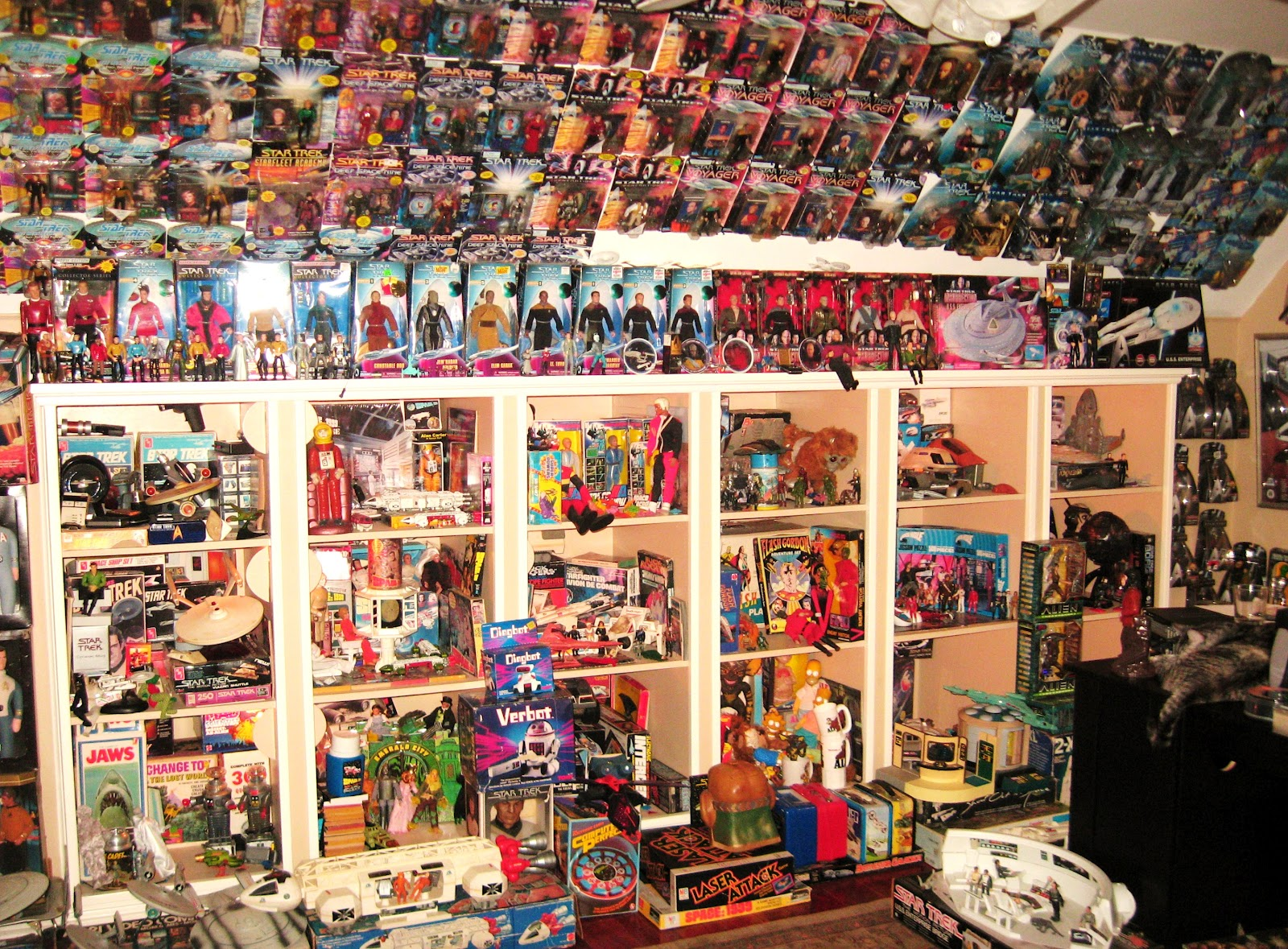 collecting and hoarding How is hoarding different from collecting • in hoarding, people seldom seek to display their possessions, which are usually kept in disarray.
